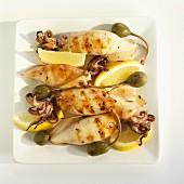 Gegrillte Calamari mit Zitronen und Kapern