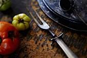 Frische Tomaten und alte Fleischgabel (Close Up)