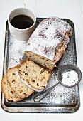 Yeast-raised cake with raisins and icing sugar