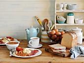 Englisches Frühstück mit Baked Beans, Spiegelei, Bacon und Toast