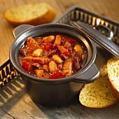 Gulasch mit Bohnen und Paprika im Kochtopf für Halloween