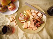 Alter Gouda mit getrockneten Feigen, Apfel und Cracker zum Rotwein