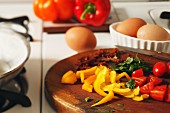 Zutaten für Omelett: Paprika, Tomaten, Petersilie und Eier