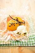 In der Folie gebackener Pfirsich mit Maracuja, Vanille und Rosmarineis