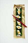 Gurkensushi mit Kaviar auf Servierplatte (Aufsicht)