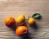 Orangen und Zitronen auf Holzuntergrund