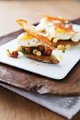 Häppchen mit weissen Bohnen, Speck & frittiertem Wachtelei