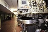 Maschinelle Flaschenabfüllung in industrieller Brauerei