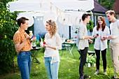 Junge Leute feiern Gartenfest