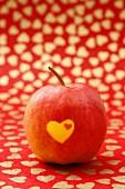Roter Apfel mit Herzen