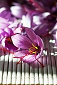 Safranblüten auf Bambusmatte