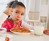 Mädchen isst Spaghetti