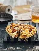Nut tartlet with raisins and honey