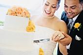 Spass beim Anschneiden der Hochzeitstorte