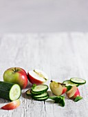 Stillleben mit Gurke, Apfel und Minze