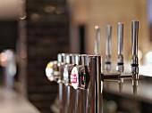 Zapfhähne in einer Bar