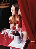 Verliebtes Paar in einem Restaurant hinter rotem Vorhang
