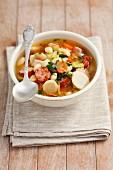 Gemüsesuppe mit Wurst, Bacon und weissen Bohnen