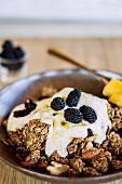 Nut muesli with yoghurt, blackberries and honey