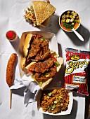 Fast Food auf weisser Papiertischdecke