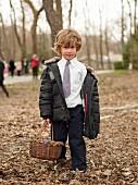 Kleiner Junge bei der Ostereiersuche im Park