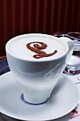 Cappuccino mit dem Buchstaben L aus Kakaopulver