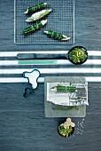 Aufsicht auf puristische Tischdeko mit Fischröllchen und ungewöhnlichen Accessoires