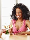 Junge Frau trinkt ein Glas Weisswein
