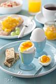 Weichgekochte Eier im Eierbecher