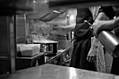 Köche bei der Arbeit in der Restaurantküche