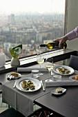 Gedeckter Tisch im Fernsehturm-Restaurant mit Ausblick auf die Stadt