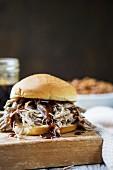 Pulled Pork Sandwich (Sandwich mit zerrupftem Schweinefleisch, USA)