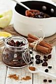 Hausgemachtes Mincemeat mit Zimt, gemahlenen Gewürzen und Trockenfrüchten im Kochtopf und Einmachglas