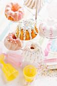 Minigugelhupfe mit Zuckerguss und Zuckerperlen für eine Kinderparty