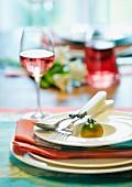 Tischgedeck dekoriert mit grüner Tomate