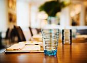 Gedeckter Tisch mit Glas und Tischset