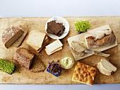 Verschiedene Brote, frische Kresse und Brotaufstrich