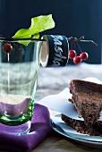 Zwei Schokokuchen und Trinkglas mit beschriftetem Serviettenring an einem Kirschzweig