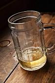 Bierkrug mit Bierrest