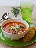 Tomatensuppe mit Estragon und geriebenem Käse