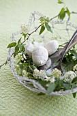 Mini meringues with hazelnuts