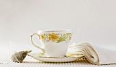 Teetasse und Teebeutel mit Pfefferminztee