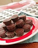 Schokoladen-Cupcakes vor der Verzierung auf einem rot-weissen Teller
