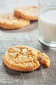 Ingwer-Cookies und ein Glas Milch