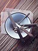 Altes Silberbesteck in Emaile-Schüssel