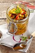 Zucchini Relish in Weckglas auf Serviette