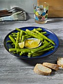 Green asparagus with bread and butter