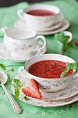 Erdbeer-Tapioka-Sommersuppe mit Minze in Porzellantassen
