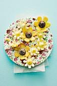 Gefüllte Hippen-Blüten auf Teller