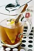 Hot Toddy mit Whiskey und Sirup